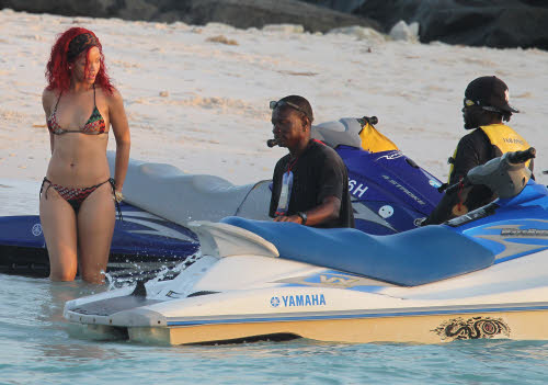 Rihanna in vacanza alle Barbados con amici