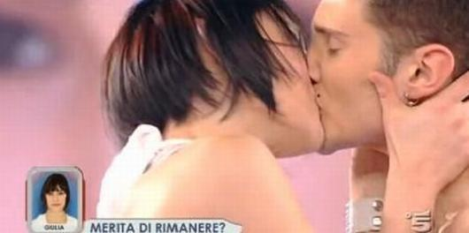 Stefano bacia Giulia diretta tv