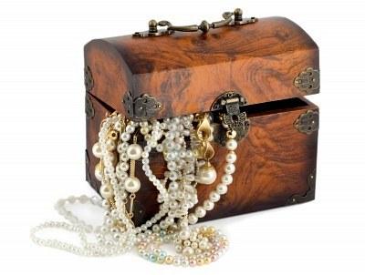 5448121-baule-del-tesoro-con-orecchini-di-perle-gioielli-di-frontiera-catene-d-39-oro-bracciali-perle-isolat