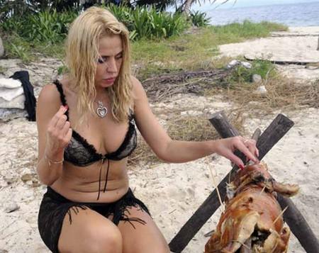 valeria-marini-isola-famosi-maialino