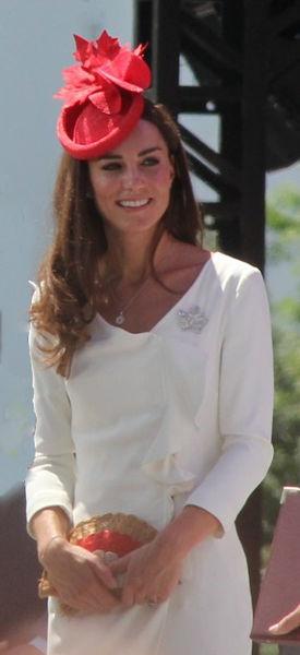 Kate Middleton per il primo discorso pubblico indossa il vestito della madre