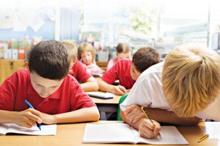 bambini sui banchi di scuola