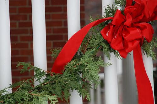 Ghirlande natalizie per addobbare la porta di casa for Porte natalizie