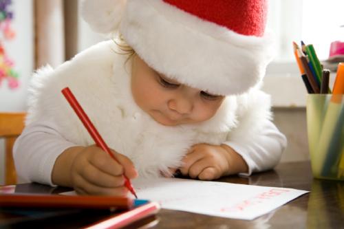 bimbo che scrive la letterina di babbo Natale