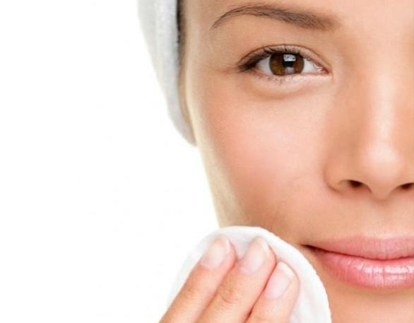 Make up, differenze tra il latte detergente e lo struccante, consigli per l'uso