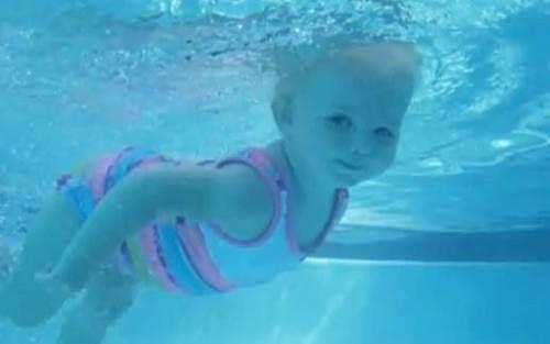 Bimba di 16 mesi nuota da sola VIDEO