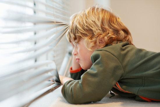 Bambino da solo a casa per 1 ora: è abbandono
