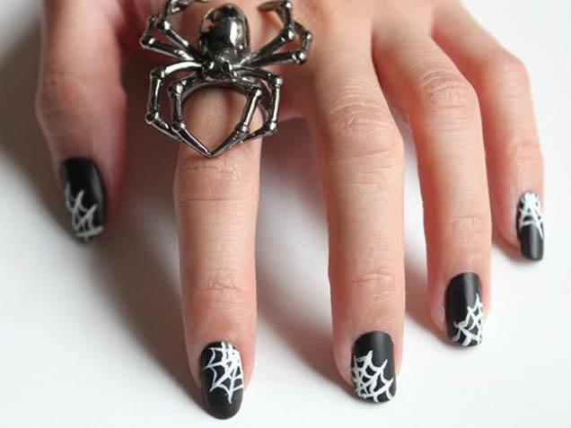 Nail art di Halloween con la tela di ragno, tutorial