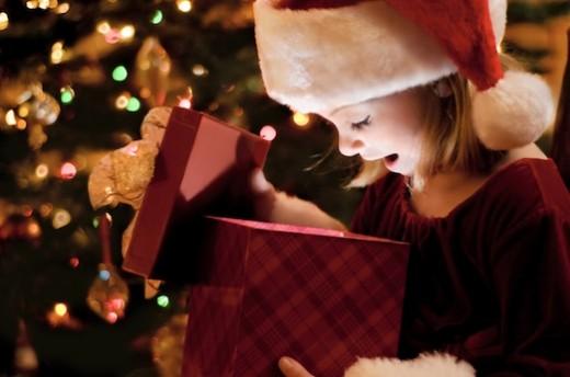 bambina apre un regalo