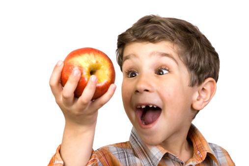 bambino con la mela