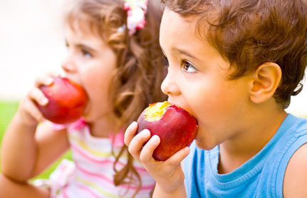 bambini mangiano la mela