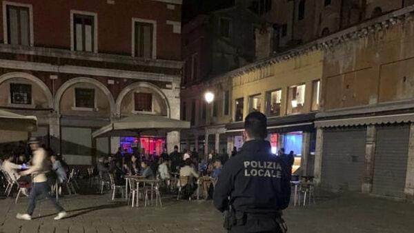 Controlli della polizia locale di notte a Venezia zona Erbaria Rialto-2