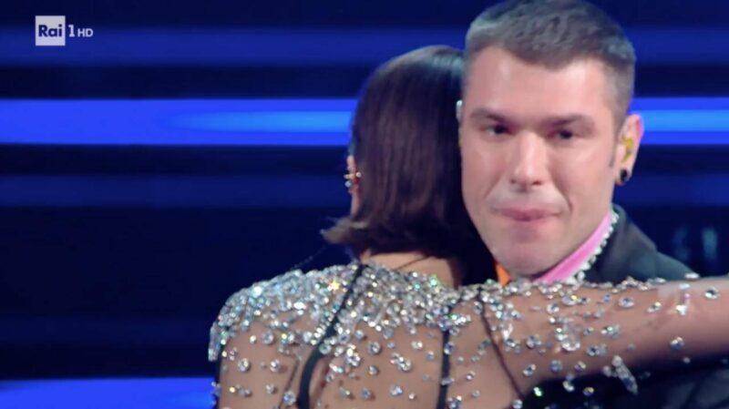 Sanremo 2021: Fedez non si trattiene e piange sul palco