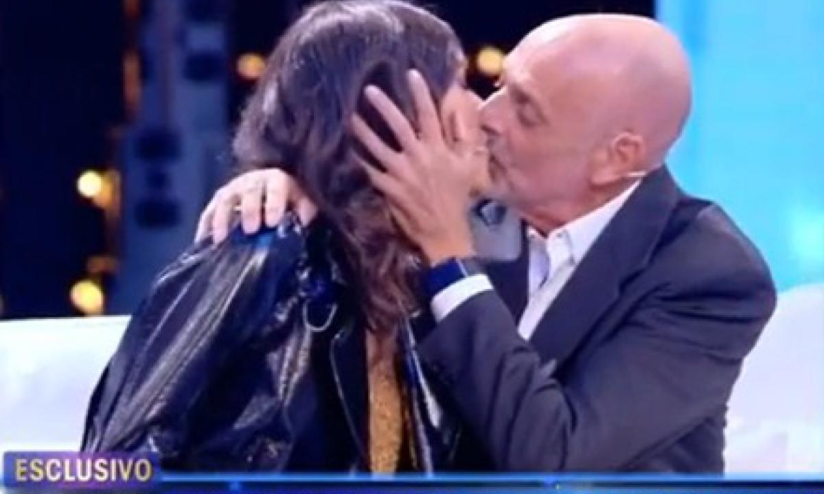 1607290037941–paolo-brosio-e-maria-laura-de-vitis–un-bacio-per-fugare-i-dubbi-sul-loro-amore