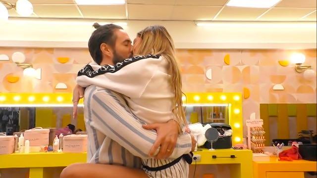GF Vip: bacio tra Soleil e Alex, la reazione di Delia